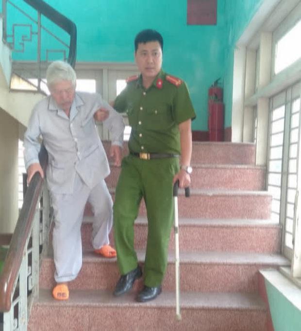 Trung úy Trần Văn Cói, Công an phường Tây Lộc đỡ một cụ già đi xuống tầng một sau khi làm căn cước công dân