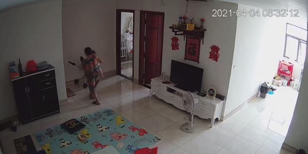 Check camera, mẹ trẻ hoảng hồn thấy con trai 9 tháng tuổi được nữ ô sin bế vào toilet rồi khóc ré lên dữ dội - Ảnh 4.