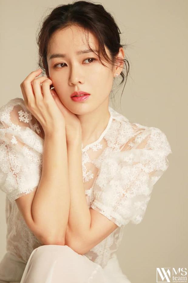 Son Ye Jin đẳng cấp như nữ thần mùa xuân, ảnh hậu trường còn xuất sắc hơn cả ảnh tạp chí - Ảnh 9.