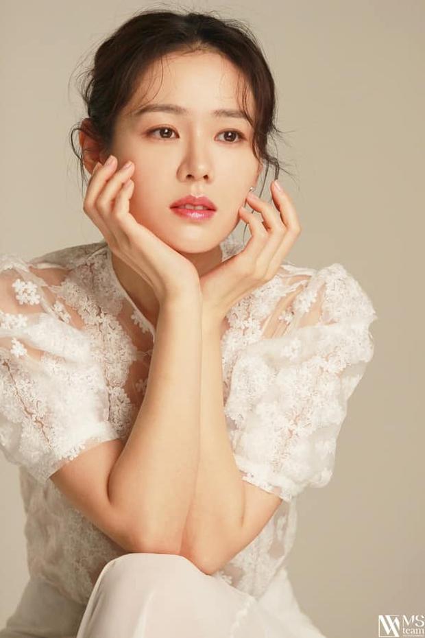 Son Ye Jin đẳng cấp như nữ thần mùa xuân, ảnh hậu trường còn xuất sắc hơn cả ảnh tạp chí - Ảnh 10.