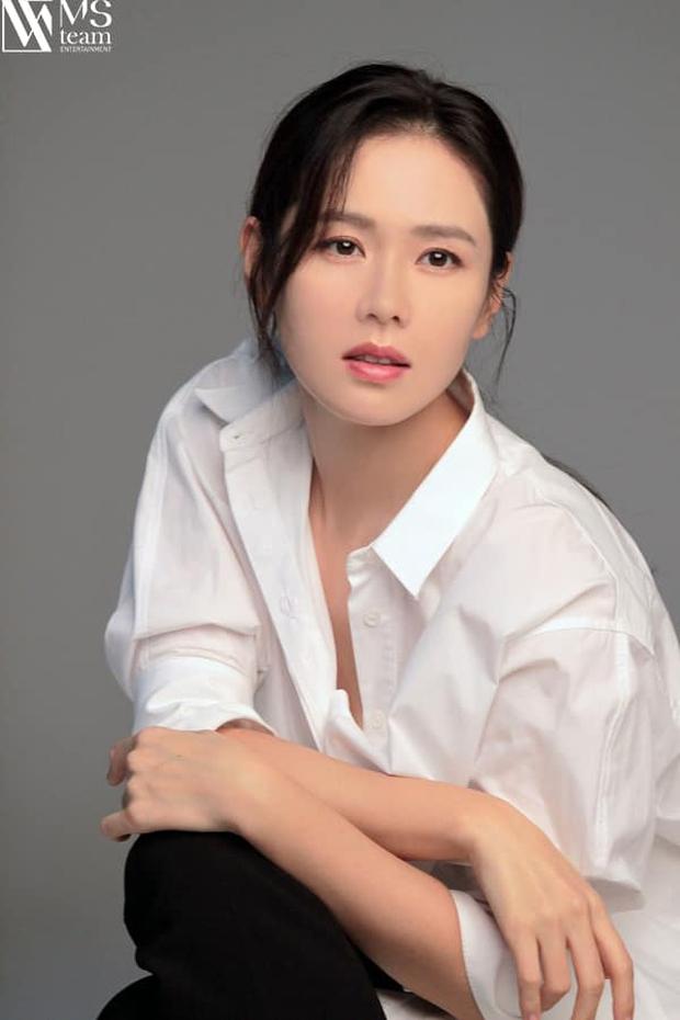 Son Ye Jin đẳng cấp như nữ thần mùa xuân, ảnh hậu trường còn xuất sắc hơn cả ảnh tạp chí - Ảnh 11.