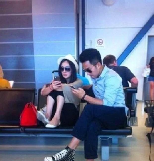 Khi sao Cbiz lộ khoảnh khắc vô duyên: Dương Siêu Việt nhổ bậy, Dương Mịch bị bắt gặp ở sân bay, kéo tới Dương Tử cạn lời - Ảnh 7.