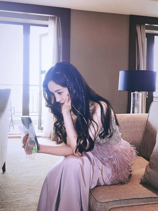 Phụ kiện bánh bèo gây sốt nhờ thánh tạo trend Dương Mịch: Từ ốp điện thoại đính nơ đến dây đeo khẩu trang - Ảnh 2.