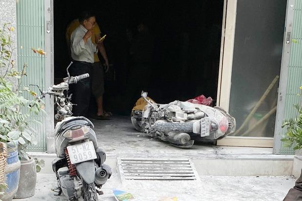 TP.HCM: Nhà 3 tầng bị cháy dữ dội, người dân leo sân thượng dập lửa - Ảnh 1.