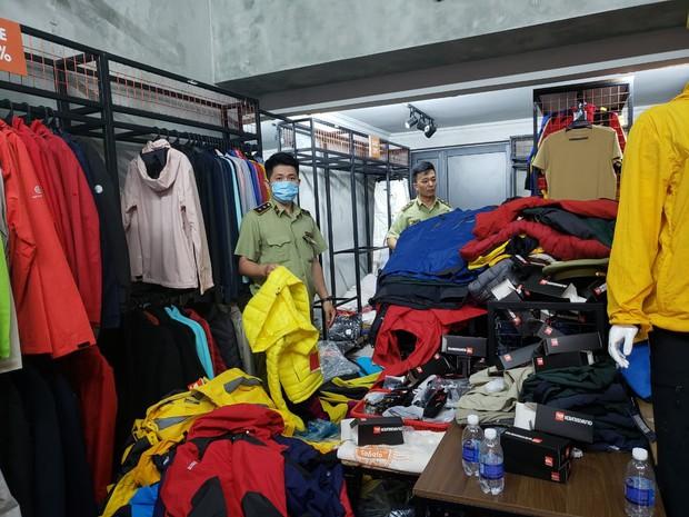 Đột kích 4 cửa hàng bán đồ phượt nổi tiếng, tạm giữ hơn 2.000 sản phẩm nghi nhái nhãn hiệu - Ảnh 6.