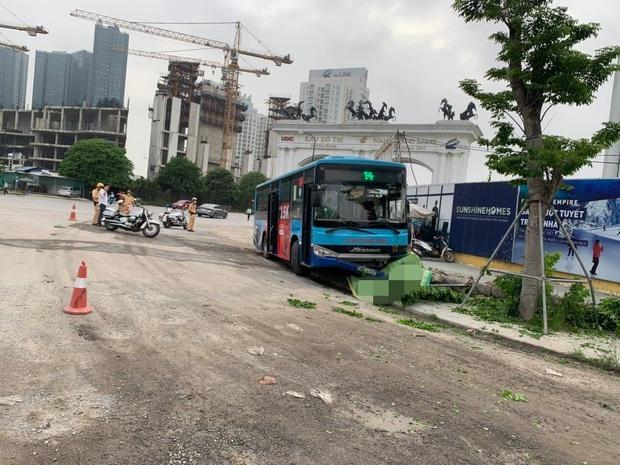 Hà Nội: Xe buýt lao lên vỉa hè đâm tử vong nam thanh niên đang đi bộ - Ảnh 1.