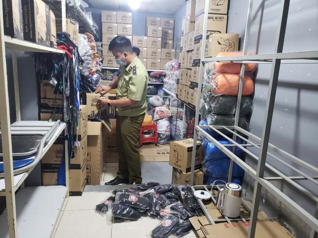 Đột kích 4 cửa hàng bán đồ phượt nổi tiếng, tạm giữ hơn 2.000 sản phẩm nghi nhái nhãn hiệu - Ảnh 5.