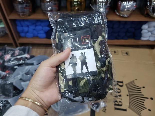 Đột kích 4 cửa hàng bán đồ phượt nổi tiếng, tạm giữ hơn 2.000 sản phẩm nghi nhái nhãn hiệu - Ảnh 9.