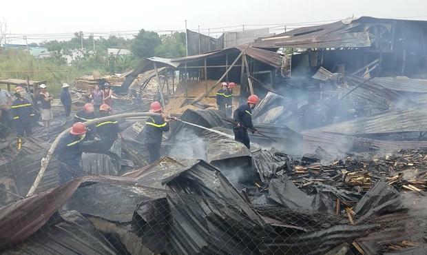 TP.HCM: Xưởng gỗ rộng hàng trăm mét vuông đổ sập sau đám cháy khủng khiếp - Ảnh 1.
