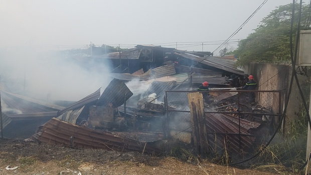 TP.HCM: Xưởng gỗ rộng hàng trăm mét vuông đổ sập sau đám cháy khủng khiếp - Ảnh 3.