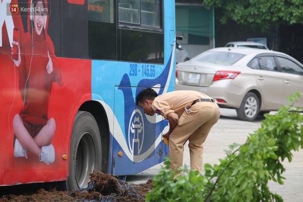 Nhân chứng vụ xe buýt lao lên vỉa hè đâm chết người: Một người đứng ngay cạnh thoát chết, sợ mặt cắt không ra máu - Ảnh 2.