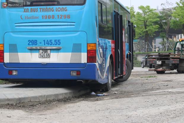Chùm ảnh: Hiện trường vụ xe buýt đi sai tuyến đường, lao lên vỉa hè đâm tử vong người đi bộ tại Hà Nội - Ảnh 4.