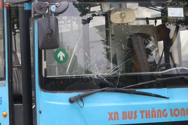 Chùm ảnh: Hiện trường vụ xe buýt đi sai tuyến đường, lao lên vỉa hè đâm tử vong người đi bộ tại Hà Nội - Ảnh 8.