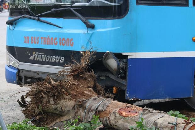 Chùm ảnh: Hiện trường vụ xe buýt đi sai tuyến đường, lao lên vỉa hè đâm tử vong người đi bộ tại Hà Nội - Ảnh 5.