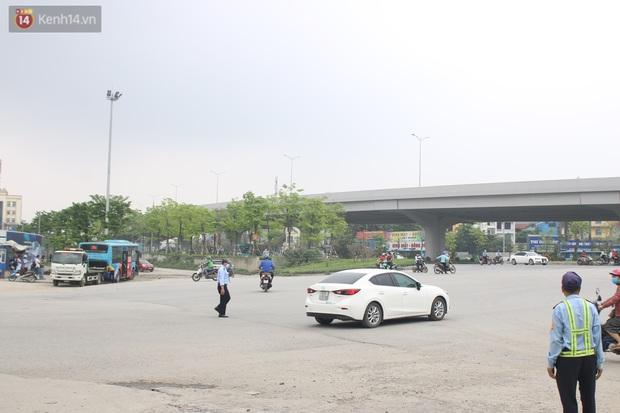 Chùm ảnh: Hiện trường vụ xe buýt đi sai tuyến đường, lao lên vỉa hè đâm tử vong người đi bộ tại Hà Nội - Ảnh 2.