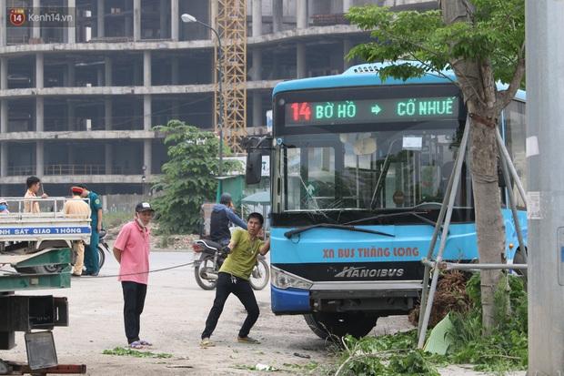 Chùm ảnh: Hiện trường vụ xe buýt đi sai tuyến đường, lao lên vỉa hè đâm tử vong người đi bộ tại Hà Nội - Ảnh 9.