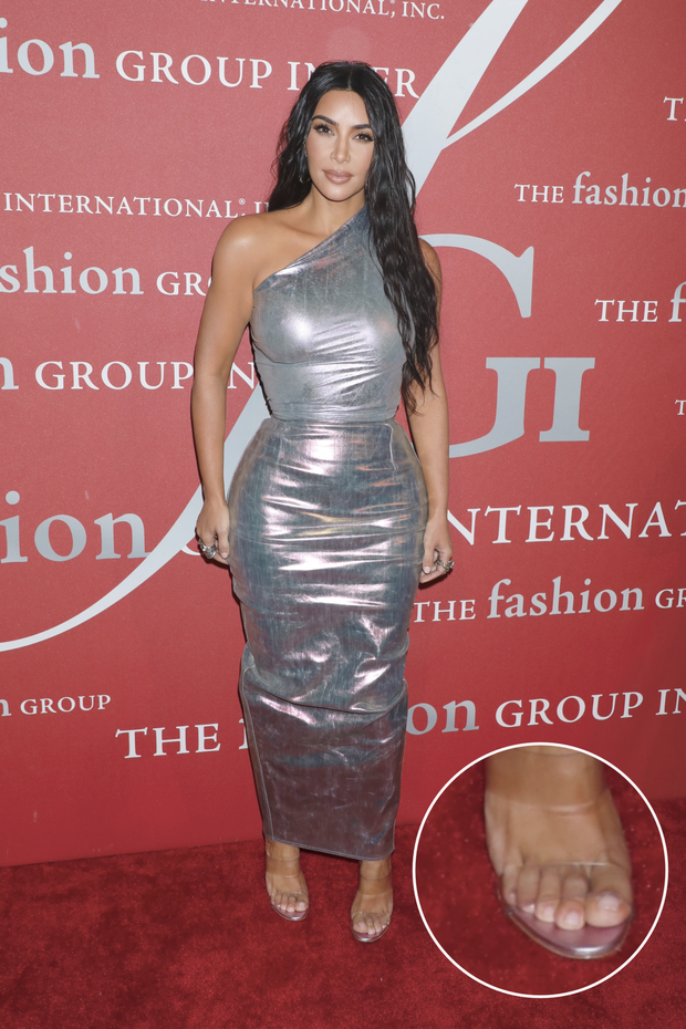 Bóc tuyển tập chỉnh fail lòi của chị em Kardashian: Kim có 6 ngón chân, Kendall - Kylie chiết 1 chi tiết, Khloe fake nhất - Ảnh 2.