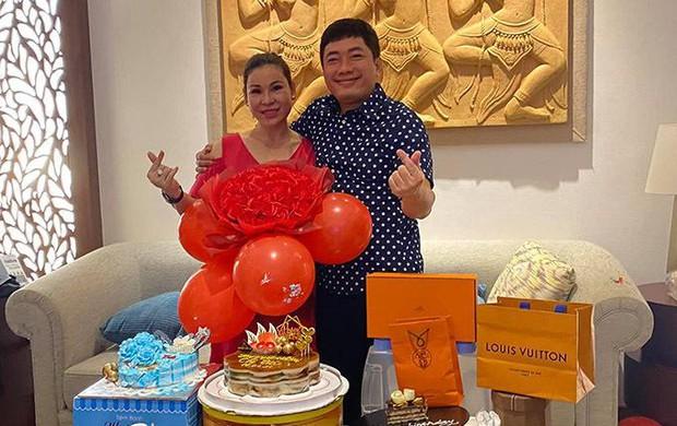 Cuộc sống của diễn viên Kinh Quốc trước khi vợ đại gia bị bắt: Được bà xã tặng xe hơi 6 tỷ, sở hữu biệt thự và toà nhà cao cấp - Ảnh 7.
