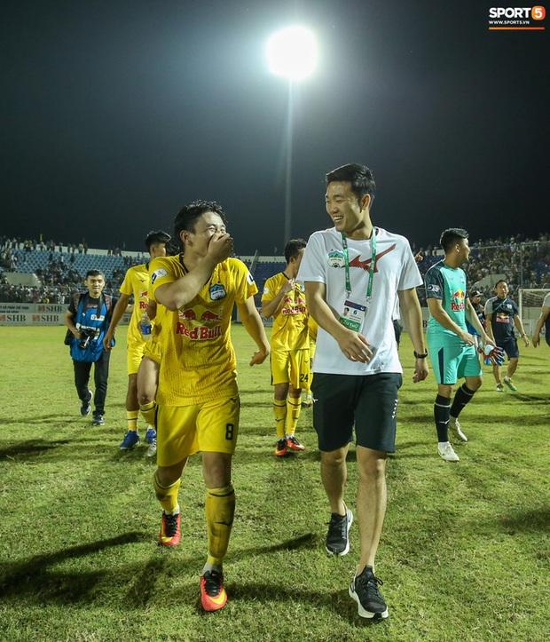 Xuân Trường túm cổ Văn Toàn thay cho lời khen sau chiến thắng của HAGL - Ảnh 5.