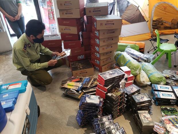 Đột kích 4 cửa hàng bán đồ phượt nổi tiếng, tạm giữ hơn 2.000 sản phẩm nghi nhái nhãn hiệu - Ảnh 2.