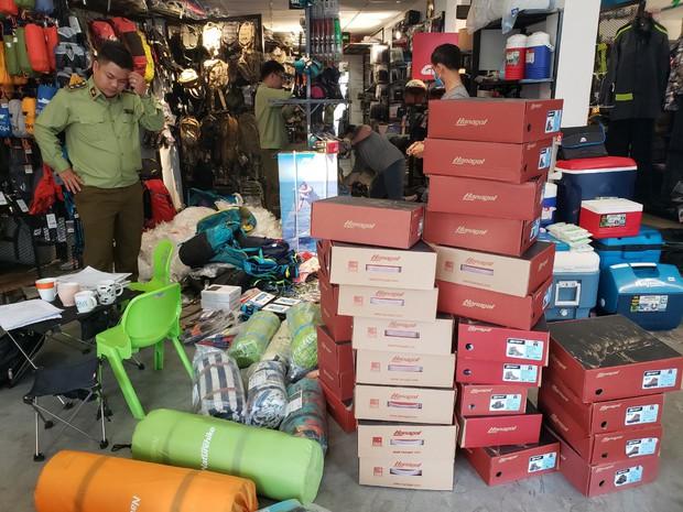 Đột kích 4 cửa hàng bán đồ phượt nổi tiếng, tạm giữ hơn 2.000 sản phẩm nghi nhái nhãn hiệu - Ảnh 1.