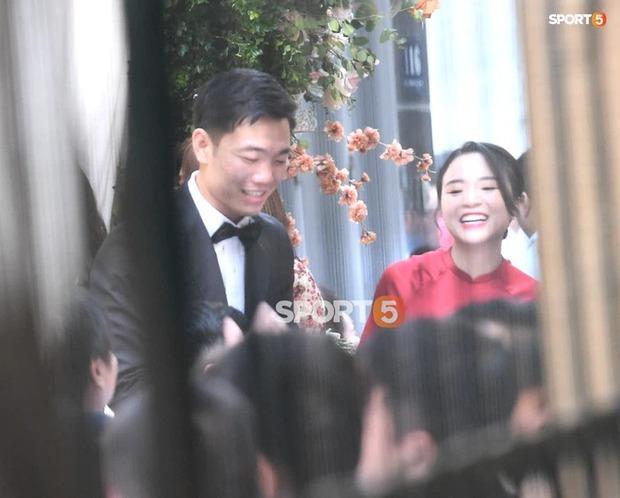 So ảnh trên mạng và đám hỏi của vợ Xuân Trường: Xinh miễn chê, cười tươi roi rói bên cạnh chồng điển trai - Ảnh 1.