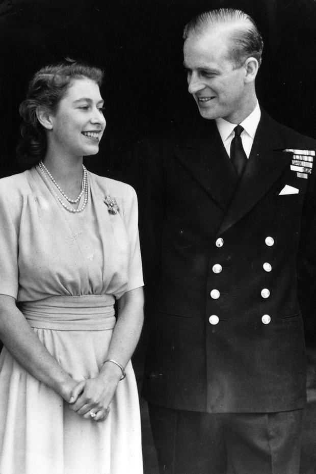 Nhìn lại những khoảnh khắc đẹp nhất của Hoàng thân Philip và Nữ hoàng Anh: Chuyện tình đôi đũa lệch cùng cuộc hôn nhân bền vững hơn 70 năm - Ảnh 1.