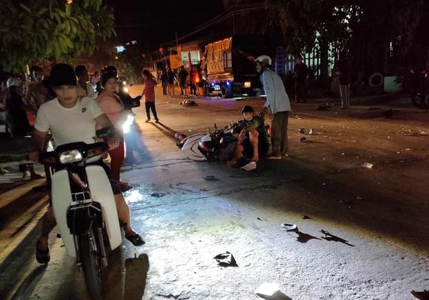 Nóng: Ô tô tông hàng loạt xe máy, 2 người chết, 6 người bị thương - Ảnh 2.