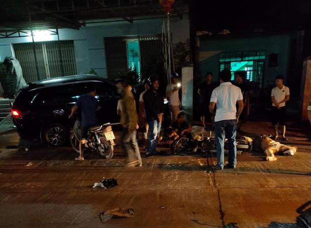 Nóng: Ô tô tông hàng loạt xe máy, 2 người chết, 6 người bị thương - Ảnh 1.