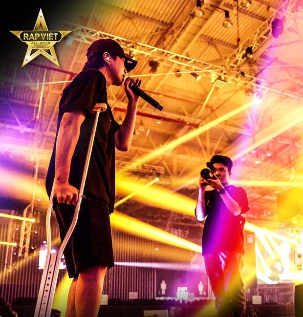 Karik chống nạng xuất hiện tại buổi tổng duyệt, ngầm xác nhận góp mặt tại Rap Việt Concert bất chấp chấn thương  - Ảnh 4.