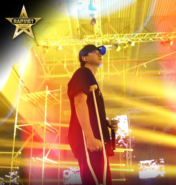 Karik chống nạng xuất hiện tại buổi tổng duyệt, ngầm xác nhận góp mặt tại Rap Việt Concert bất chấp chấn thương  - Ảnh 3.