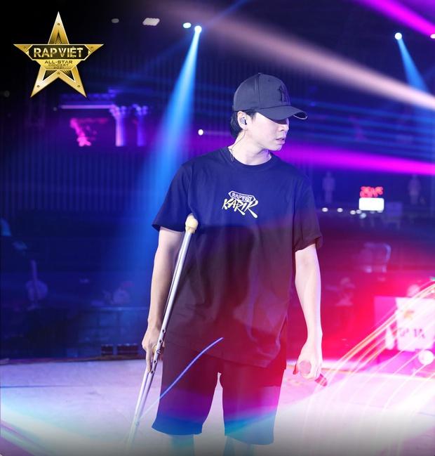 Karik chống nạng xuất hiện tại buổi tổng duyệt, ngầm xác nhận góp mặt tại Rap Việt Concert bất chấp chấn thương  - Ảnh 2.