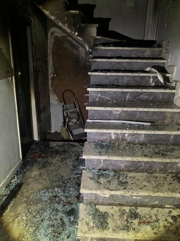 TP.HCM: Cháy nhà 3 tầng vào rạng sáng, 5 người mắc kẹt kêu cứu - Ảnh 2.