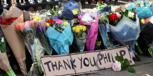 Chùm ảnh: Toàn nước Anh u buồn trước sự ra đi của Hoàng thân Philip và lo lắng cho tình hình của Nữ hoàng - Ảnh 13.