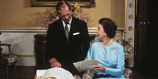 Nhìn lại những khoảnh khắc đẹp nhất của Hoàng thân Philip và Nữ hoàng Anh: Chuyện tình đôi đũa lệch cùng cuộc hôn nhân bền vững hơn 70 năm - Ảnh 17.