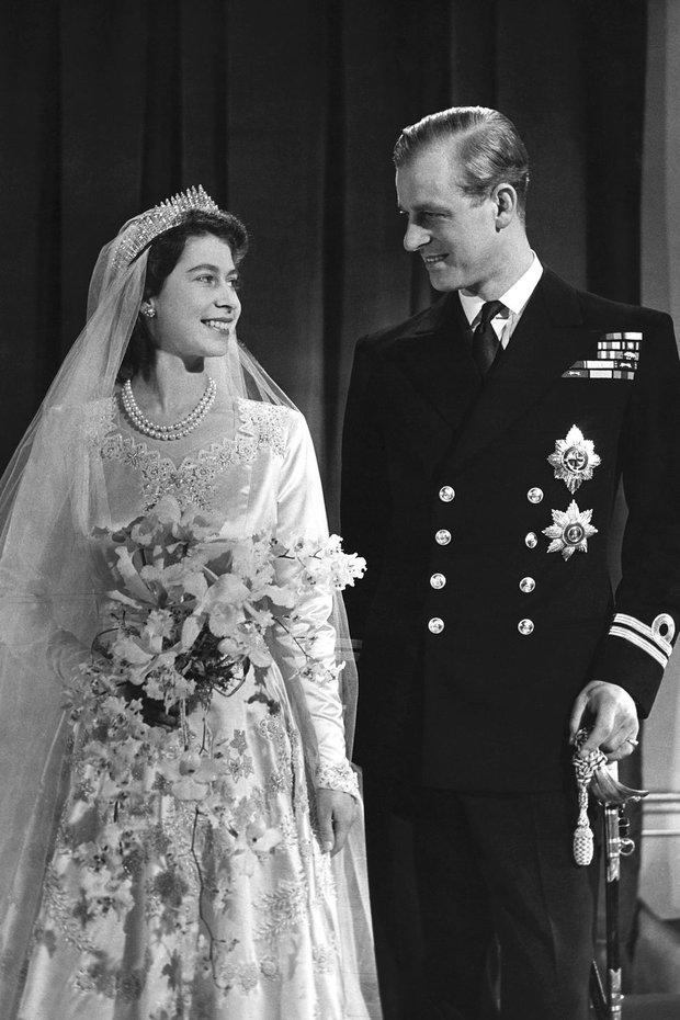 Nhìn lại những khoảnh khắc đẹp nhất của Hoàng thân Philip và Nữ hoàng Anh: Chuyện tình đôi đũa lệch cùng cuộc hôn nhân bền vững hơn 70 năm - Ảnh 3.