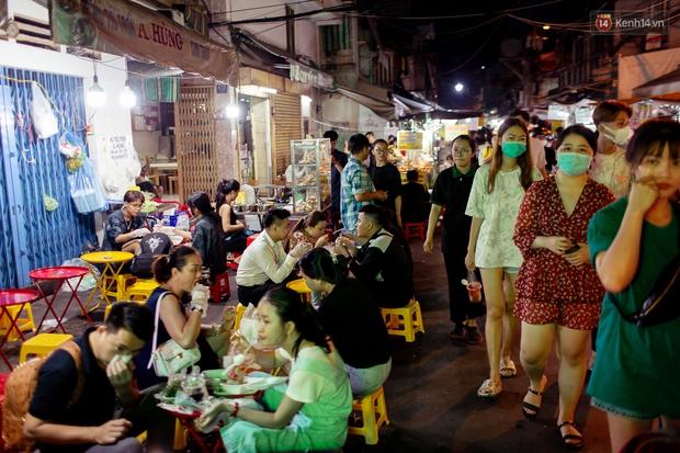 Khu chợ ẩm thực đã vào là không có đường ra ở Sài Gòn: Phần vì đồ ăn ngon, phần vì… đông muốn ná thở! - Ảnh 4.