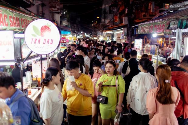Khu chợ ẩm thực đã vào là không có đường ra ở Sài Gòn: Phần vì đồ ăn ngon, phần vì… đông muốn ná thở! - Ảnh 1.