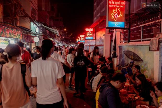 Khu chợ ẩm thực đã vào là không có đường ra ở Sài Gòn: Phần vì đồ ăn ngon, phần vì… đông muốn ná thở! - Ảnh 3.