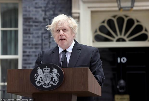 Chùm ảnh: Toàn nước Anh u buồn trước sự ra đi của Hoàng thân Philip và lo lắng cho tình hình của Nữ hoàng - Ảnh 2.