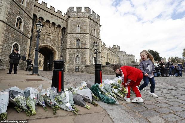 Chùm ảnh: Toàn nước Anh u buồn trước sự ra đi của Hoàng thân Philip và lo lắng cho tình hình của Nữ hoàng - Ảnh 12.