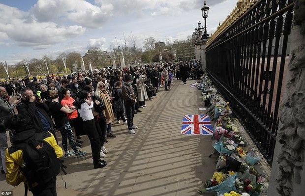 Chùm ảnh: Toàn nước Anh u buồn trước sự ra đi của Hoàng thân Philip và lo lắng cho tình hình của Nữ hoàng - Ảnh 8.