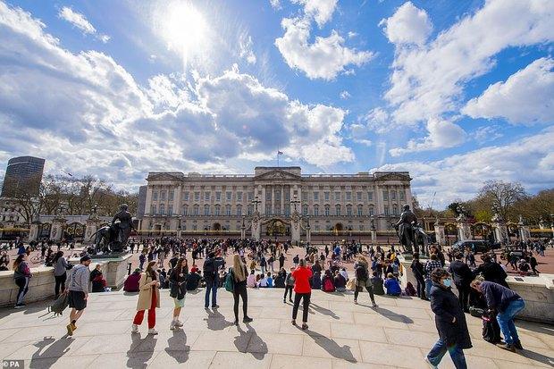 Chùm ảnh: Toàn nước Anh u buồn trước sự ra đi của Hoàng thân Philip và lo lắng cho tình hình của Nữ hoàng - Ảnh 3.