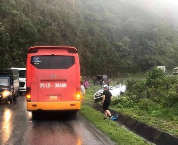 Hoà Bình: Ô tô con đối đầu xe khách, 2 người trên xe tử vong - Ảnh 1.