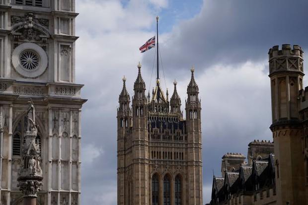 Chùm ảnh: Toàn nước Anh u buồn trước sự ra đi của Hoàng thân Philip và lo lắng cho tình hình của Nữ hoàng - Ảnh 1.