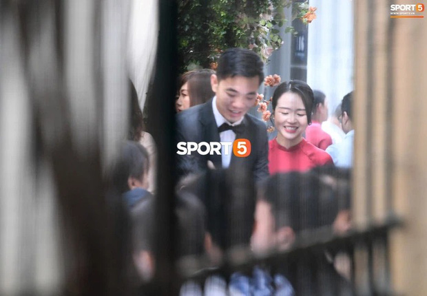 So ảnh trên mạng và đám hỏi của vợ Xuân Trường: Xinh miễn chê, cười tươi roi rói bên cạnh chồng điển trai - Ảnh 3.