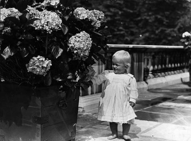 Ngắm nhìn những bức ảnh hiếm có về cuộc đời của cố Hoàng thân Philip, chồng Nữ hoàng Anh Elizabeth II - Ảnh 1.