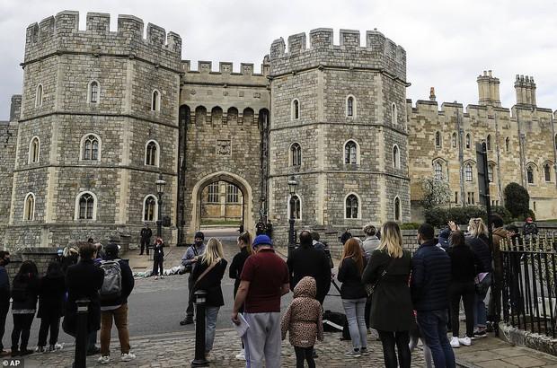 Chùm ảnh: Toàn nước Anh u buồn trước sự ra đi của Hoàng thân Philip và lo lắng cho tình hình của Nữ hoàng - Ảnh 9.