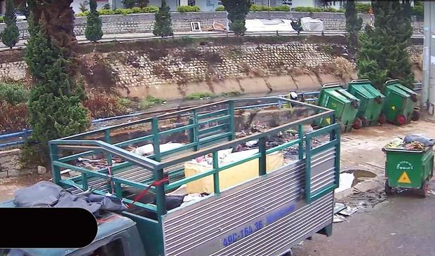 Bị phạt nguội tiền triệu vì xả rác ngay cạnh... thùng rác - Ảnh 2.