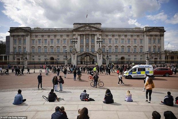 Chùm ảnh: Toàn nước Anh u buồn trước sự ra đi của Hoàng thân Philip và lo lắng cho tình hình của Nữ hoàng - Ảnh 4.
